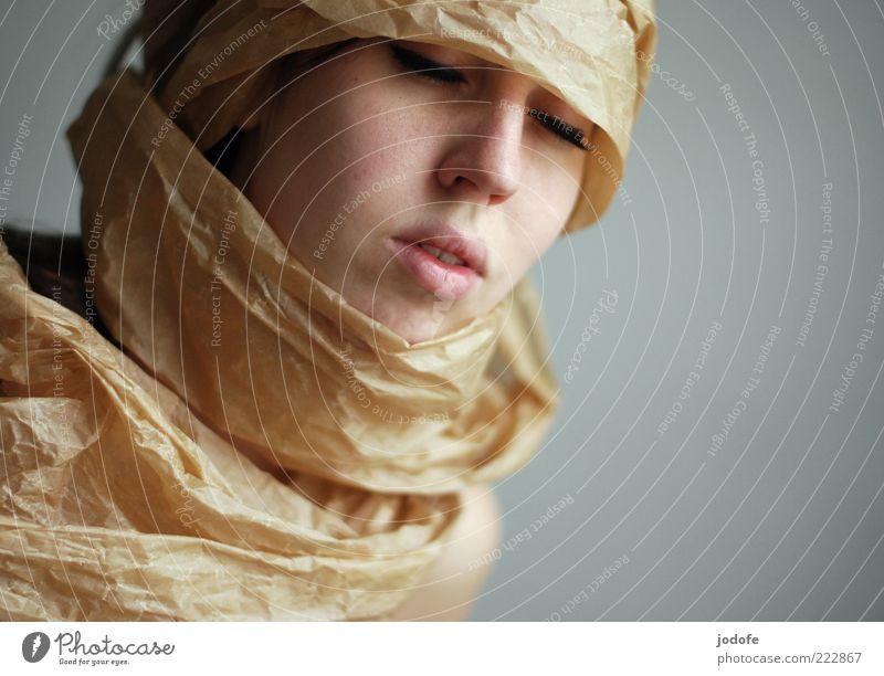 Verpackt Frau Mensch Jugendliche Gesicht ruhig feminin Kopf Mund braun Erwachsene elegant Nase ästhetisch Lippen skurril verpackt