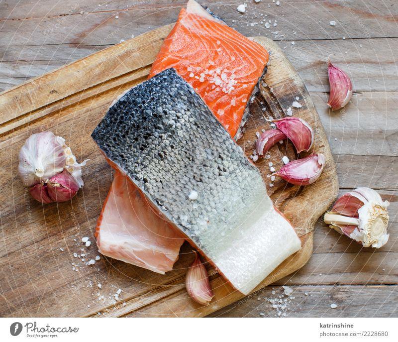 Frische rohe Lachse auf einem hölzernen Schneidebrett Meeresfrüchte Gemüse Ernährung Essen Abendessen Diät Tisch frisch oben rot Hintergrund Holzplatte