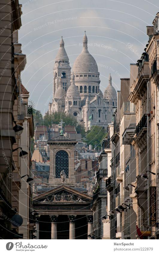Sacré-Cœur de Montmartre grau Gebäude braun Architektur Perspektive Paris historisch Wahrzeichen Hauptstadt Durchblick Sehenswürdigkeit Altstadt erhaben