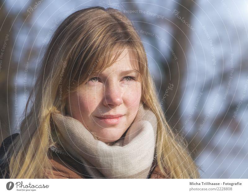 Junge blonde Frau mit Schal Haare & Frisuren Haut Gesicht Mensch feminin Junge Frau Jugendliche Erwachsene Kopf Auge Ohr Nase Mund Lippen 1 18-30 Jahre Jacke