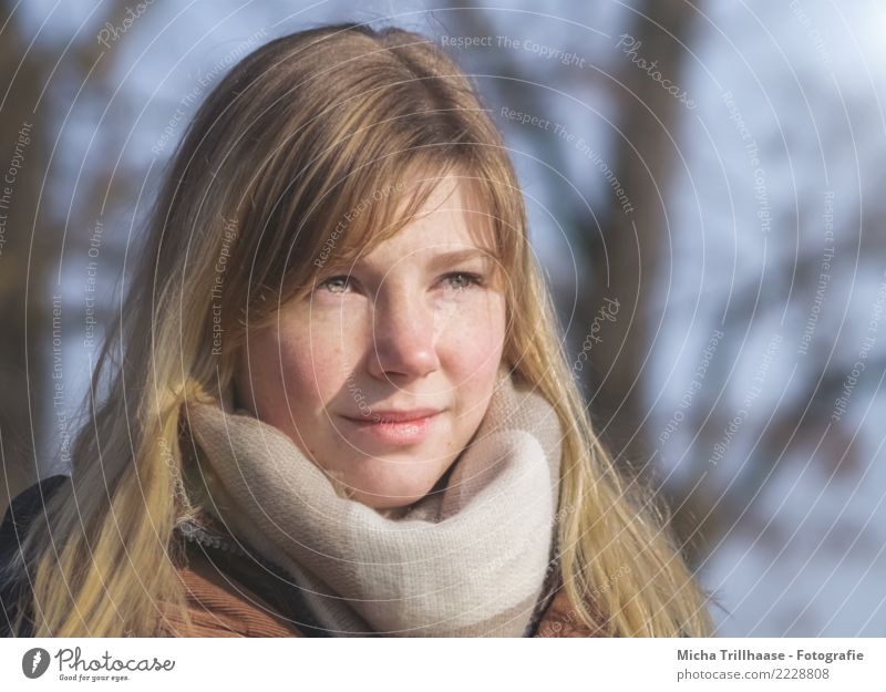 Junge blonde Frau mit Schal Mensch Jugendliche Junge Frau blau 18-30 Jahre Gesicht Auge Erwachsene Leben gelb feminin Haare & Frisuren Kopf orange träumen