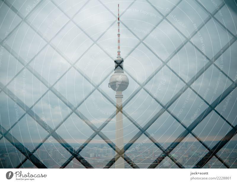 Turm im Raster Sehenswürdigkeit Wahrzeichen Berliner Fernsehturm Netzwerk außergewöhnlich eckig grau Sicherheit Horizont Symmetrie Doppelbelichtung Gitterrost