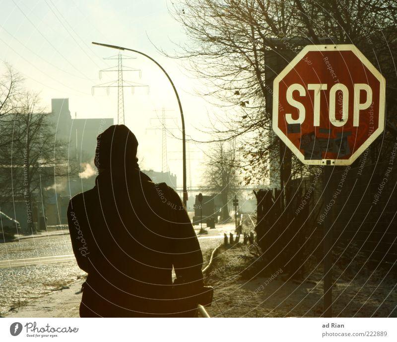du kommst hier nicht rein!! Mensch Mann Baum Winter Straße kalt Eis hell Erwachsene maskulin Frost Asphalt Bürgersteig Straßenbeleuchtung Verkehrsschild Zweige u. Äste