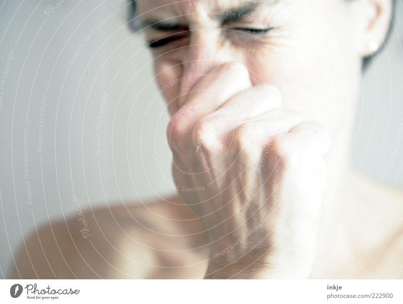 übelste Geruchsbelästigung Mensch Hand Gesicht Erwachsene kalt Leben Gefühle Kopf Nase Erkältung Schulter Ekel Allergie Entsetzen sauer