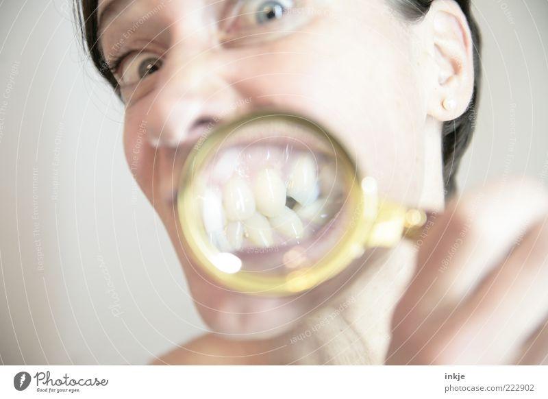 showing teeth schön Gesicht Gesundheit Leben Mensch Mund Zähne 1 Lupe beobachten entdecken Blick außergewöhnlich hell einzigartig lustig nah Sauberkeit verrückt