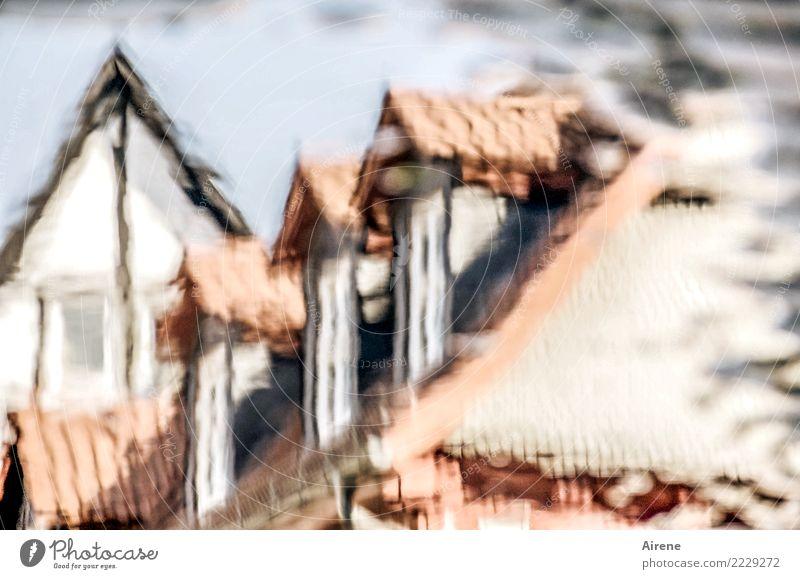 verschwommene Erinnerung Wasser Kleinstadt Altstadt Haus Marktplatz Fachwerkhaus Fachwerkfassade Altbau Dach Dachgiebel Straße Kopfsteinpflaster Häuserzeile