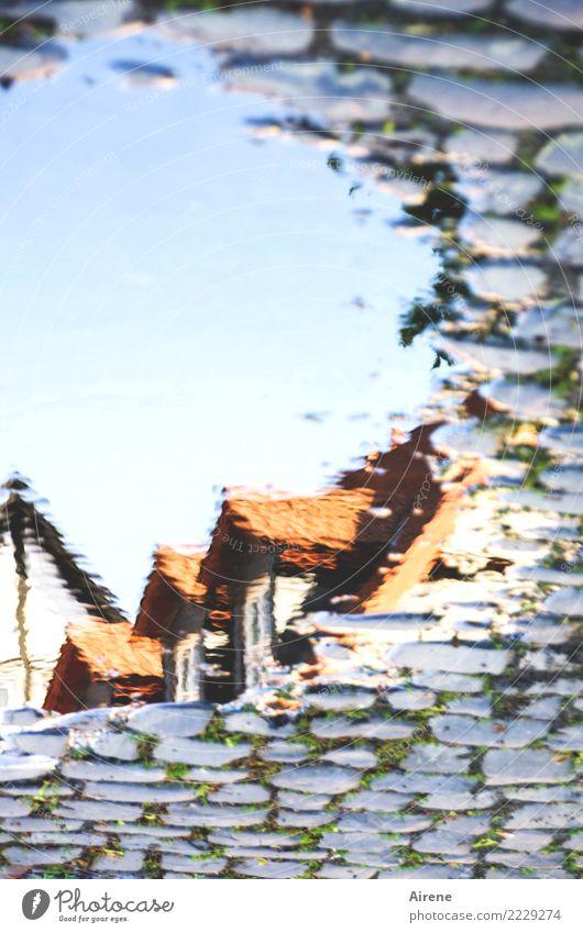 in der Erinnerung Urelemente Wasser Kleinstadt Altstadt Fachwerkhaus Fachwerkfassade Fassade Dach Dachgiebel Straße Häuserzeile Kopfsteinpflaster alt ästhetisch