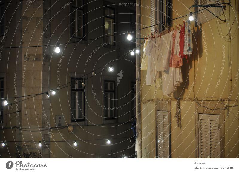 Sommernacht Stadt Haus Wand Fenster Mauer Gebäude Architektur Beleuchtung Fassade Kabel leuchten trocken hängen Glühbirne Wäsche