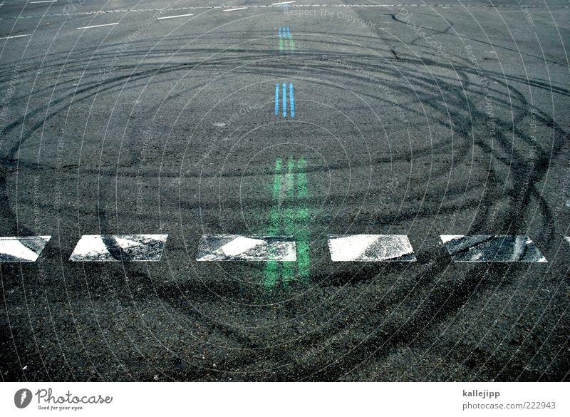 grüße von sebastian vettel Verkehrswege Linie Reifenspuren Geschwindigkeit Drehung Straßenhaftung Abrieb Kurve Farbfoto Gedeckte Farben Außenaufnahme abstrakt
