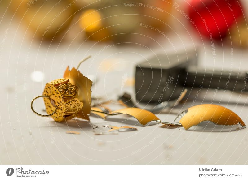 Anti - Weihnachten Weihnachten & Advent Silvester u. Neujahr Hammer Christbaumkugel Gold Kugel Haken Scherbe glänzend leuchten Aggression kaputt Kitsch Unlust