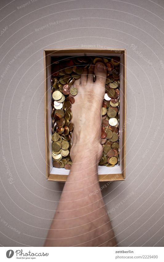 Dagobert Remix Mensch Beine Fuß Textfreiraum stehen Geld Reichtum Zehen Karton Kiste sparen Schachtel Geldmünzen Spardose überschüssig Tresor