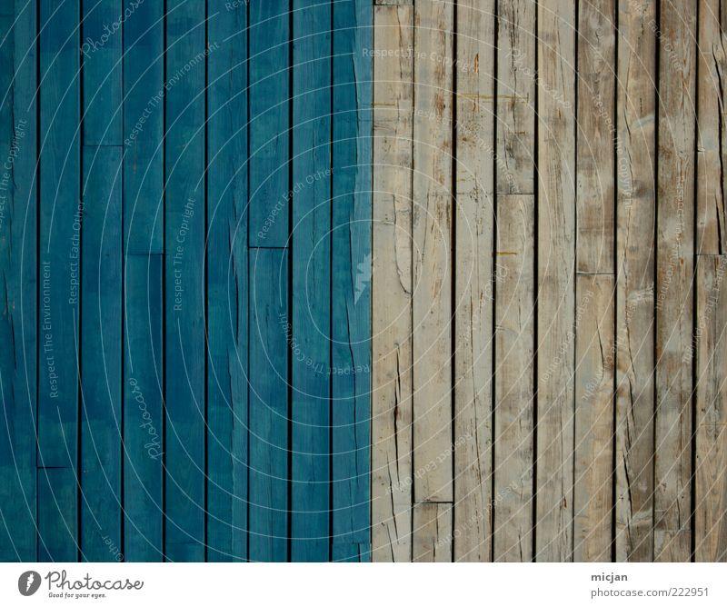 Nice blue | Shitty white blau alt Farbe Holz grau Hintergrundbild Fassade trist einfach Zaun Grenze Holzbrett Hälfte Symmetrie Gegenteil Holzwand