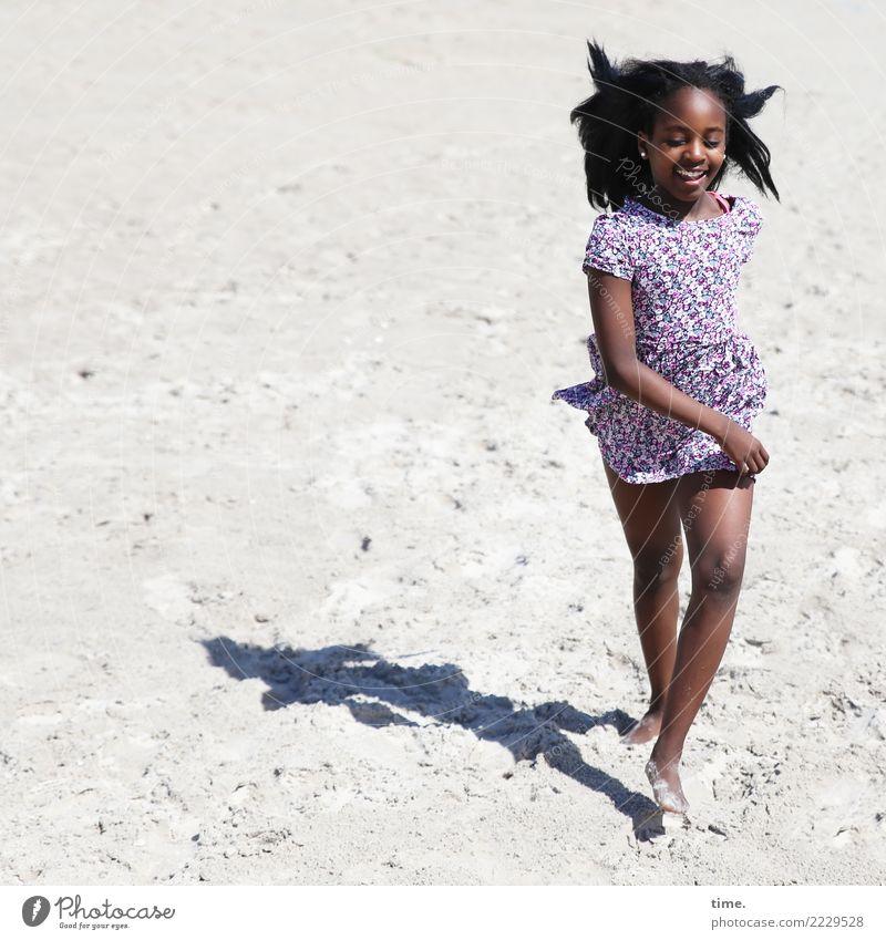Strandlauf feminin Mädchen 1 Mensch Sand Ostsee Kleid schwarzhaarig langhaarig Bewegung lachen laufen rennen Fröhlichkeit Glück schön Lebensfreude Leidenschaft