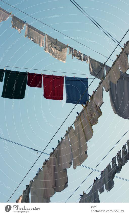 waschtag blau nass Bekleidung T-Shirt Sauberkeit Reinigen Hemd Duft Strümpfe hängen Unterwäsche Wäsche waschen durcheinander Wäsche Blauer Himmel Unterhose