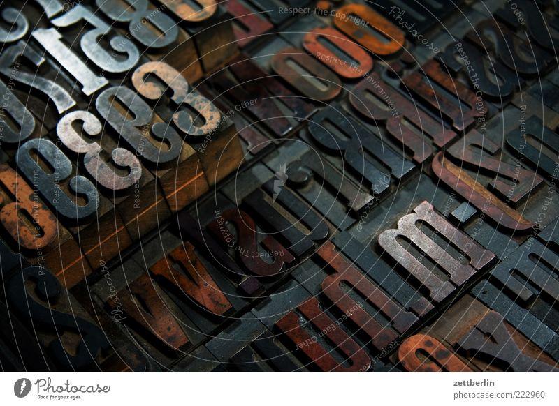 Buchstaben und Zahlen Holz Schilder & Markierungen Schriftzeichen Ziffern & Zahlen schreiben Zeichen Medien historisch Typographie Nostalgie Printmedien Text
