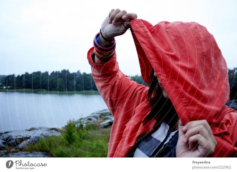 Sehnsucht Ferne Freiheit feminin Junge Frau Jugendliche 1 Mensch 18-30 Jahre Erwachsene Landschaft schlechtes Wetter Seeufer Mode Mantel Schmuck schwarzhaarig