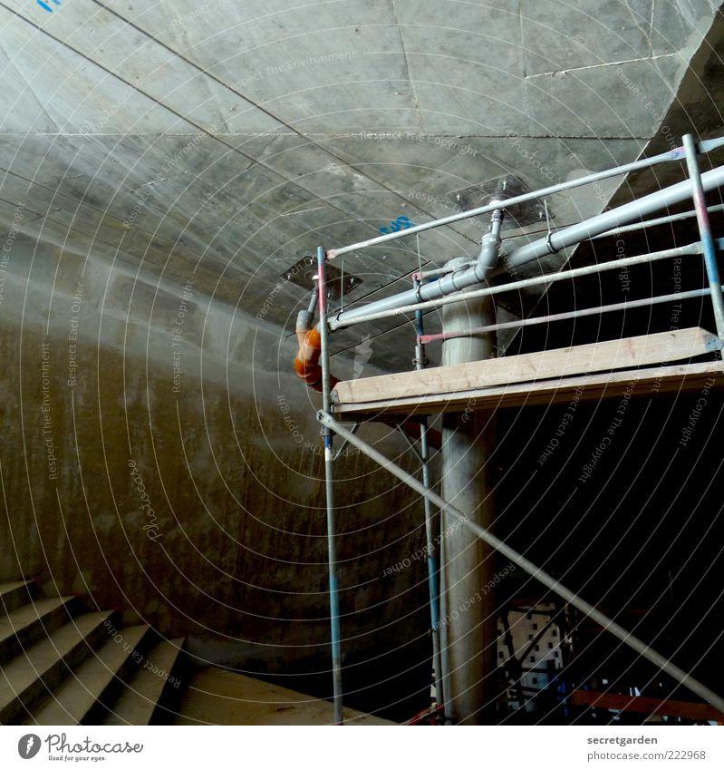 Die Dualität von Raum und Hülle. Haus Renovieren Baustelle Bauwerk Gebäude Architektur Mauer Wand Treppe Beton dunkel kalt grau Rohrleitung Gerüst Wasserrohr