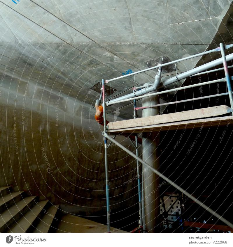 Die Dualität von Raum und Hülle. Haus dunkel kalt Wand grau Mauer Gebäude Architektur Raum Beton Treppe Baustelle Bauwerk Säule Renovieren