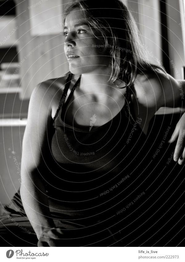 re-lax ruhig Feierabend Junge Frau Jugendliche Erholung genießen sitzen feminin Stimmung Kraft Sehnsucht Erwartung Konzentration Kreativität Bar Schwarzweißfoto