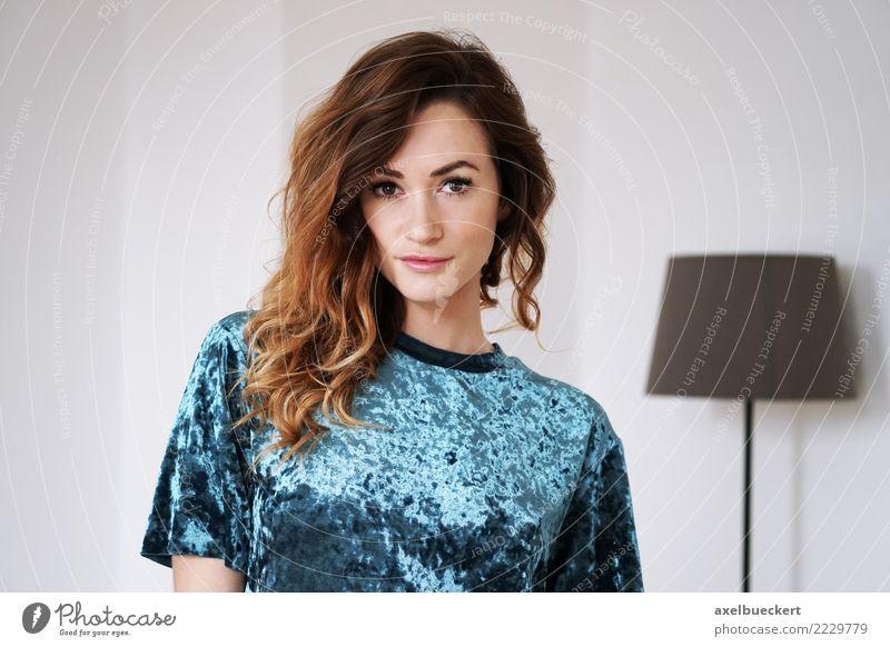 junge Frau im Wohnzimmer Lifestyle elegant Stil schön Häusliches Leben Wohnung Raum Mensch feminin Junge Frau Jugendliche Erwachsene 1 18-30 Jahre Mode T-Shirt