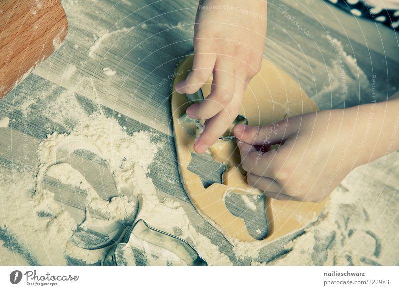 Plätzchenbacken Lebensmittel Teigwaren Backwaren stechen Mensch Kindheit Hand 1 Holz Metall Zeichen herzförmig Stern (Symbol) ästhetisch braun grau Gefühle