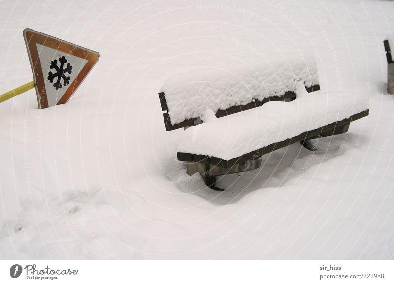 Achtung! Banküberfall. Schnee Schneedecke Warnschild Winter Warnhinweis Parkbank weiß umgefallen Schilder & Markierungen Textfreiraum unten Menschenleer