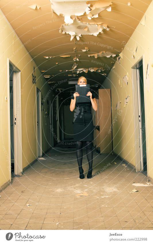 flurfunk. Frau Mensch schön ruhig Erwachsene dunkel Leben Büro Business Arbeit & Erwerbstätigkeit Tür blond Angst kaputt stehen Fliesen u. Kacheln