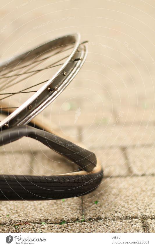 Felgenkreis Fahrrad braun Sicherheit gefährlich liegen kaputt Ende Vergänglichkeit Schutz Wut Gewalt Rad Unfall Aggression Zerstörung