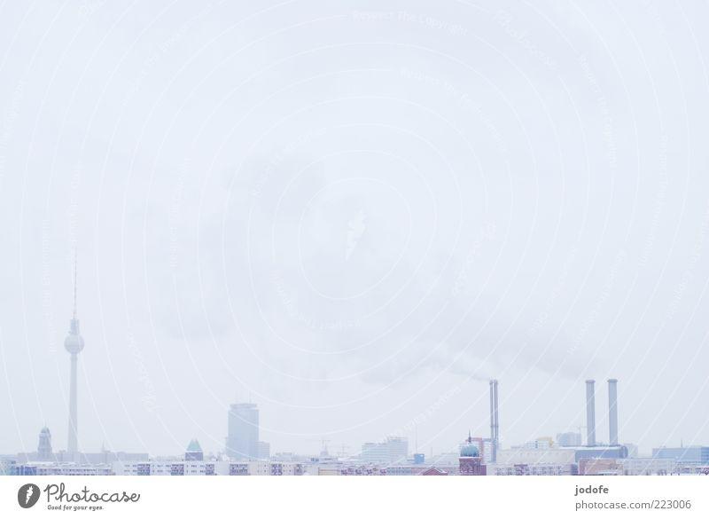 Skyline Stadt Hauptstadt Stadtzentrum Haus Hochhaus Fabrik weiß Winter kalt Berlin Berliner Fernsehturm herausragen Farbfoto Gedeckte Farben Außenaufnahme