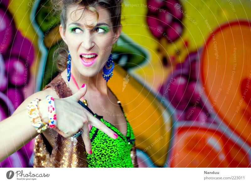 schrill Frau Mensch feminin Graffiti Erwachsene verrückt Coolness retro Körperhaltung Top zeigen gestikulieren Ohrringe Armreif neonfarbig 30-45 Jahre