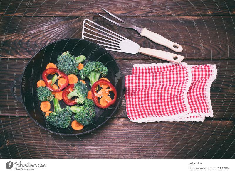 Bratpfanne mit Stücken von Karotten, Brokkoli und Paprika Natur Pflanze grün Essen natürlich Holz braun Ernährung frisch Tisch Küche Gemüse reif