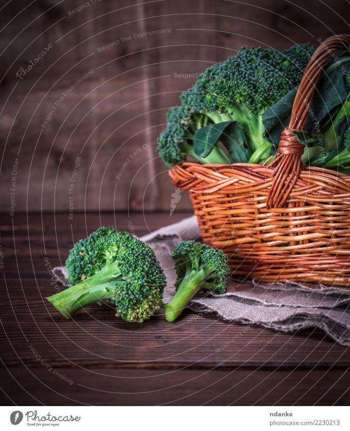 Brokkoli in einem braunen Weidenkorb Gemüse Ernährung Essen Vegetarische Ernährung Diät Tisch Holz frisch natürlich grün Hintergrund Lebensmittel Gesundheit