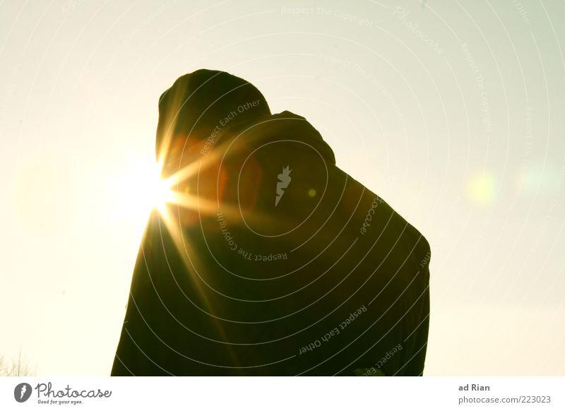 die Sonne scheint ihm aus dem A....ehm. Mund! Mensch kalt Rücken Mütze Mann Wolkenloser Himmel Junger Mann
