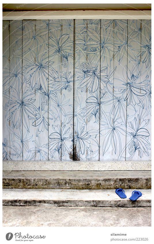 alt blau weiß Haus Erholung Gefühle Holz braun Tür Zufriedenheit Fassade Treppe Coolness retro Warmherzigkeit Geborgenheit