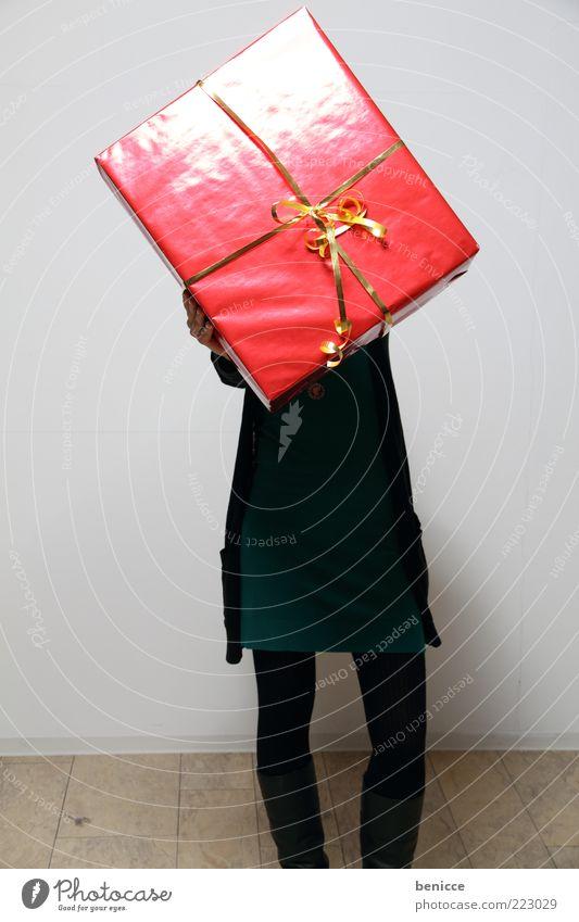 auch schön brav gewesen ? Frau Mensch Weihnachten & Advent rot Geburtstag groß Geschenk festhalten verstecken zeigen anonym Schleife Feste & Feiern gigantisch Valentinstag Konsum
