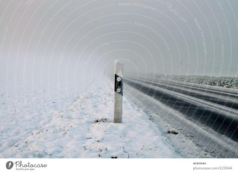 Kalt und neblig Winter ruhig Straße kalt Schnee Umwelt Eis Wetter Wind Nebel Frost Ziel Asphalt Verkehrswege Glätte schlechtes Wetter