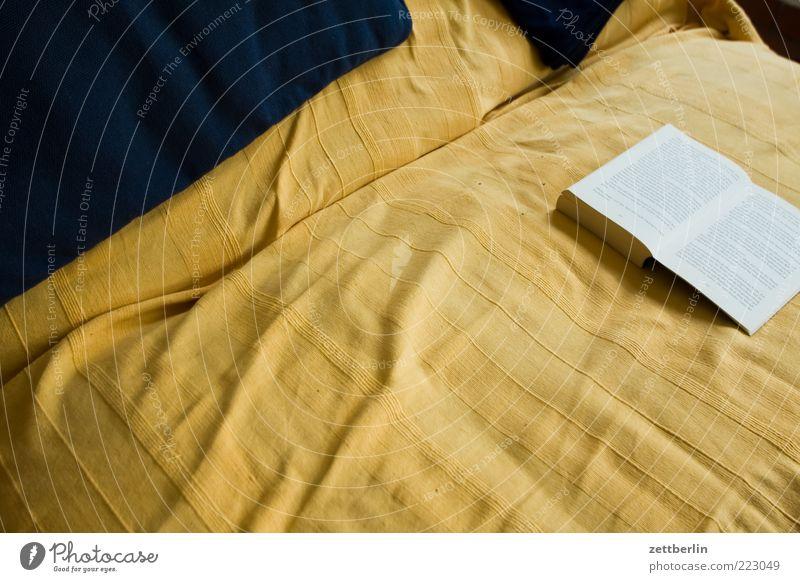Lesen gelb Freizeit & Hobby Buch lernen Studium Bett Bildung Liege Sofa Möbel Decke Literatur Roman Lesestoff aufgeschlagen Belletristik