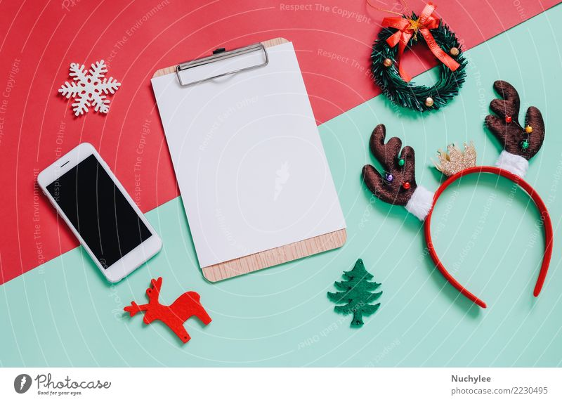 Frau Weihnachten & Advent Farbe grün rot Freude Erwachsene Lifestyle Stil Mode Feste & Feiern Textfreiraum Design hell Dekoration & Verzierung modern