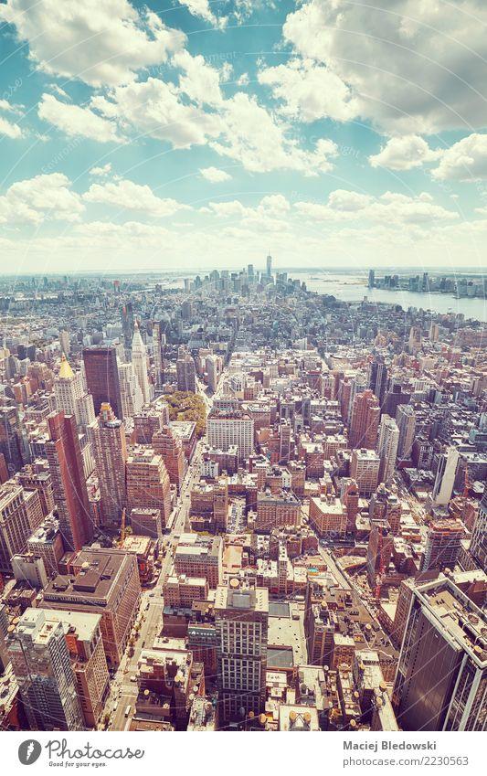 Weitwinkel-Luftbild der Skyline von Manhattan. Wohnung Arbeitsplatz Büro Stadtzentrum Haus Hochhaus Gebäude Architektur Mauer Wand Straße retro Business Erfolg