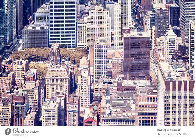 Weinlese tonte Bild von New York City Manhattan. Häusliches Leben Wohnung Park Stadt Stadtzentrum Haus Hochhaus Gebäude Architektur Straße Fluggerät retro