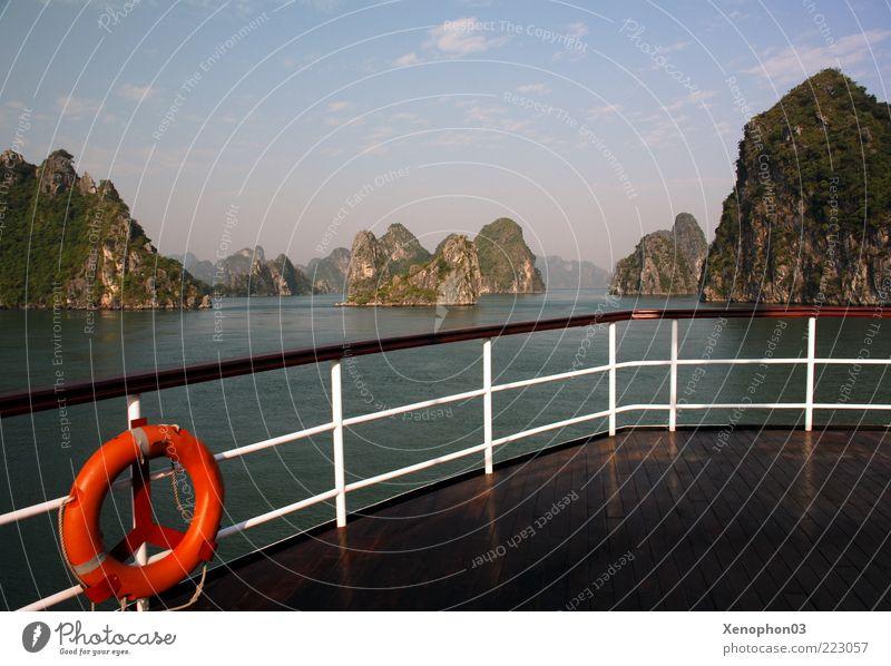 Panorama der Halong-Bucht Himmel Wasser Sommer Meer ruhig Ferne Freiheit Berge u. Gebirge Landschaft Küste Wellen Horizont Felsen Insel Asien Hügel