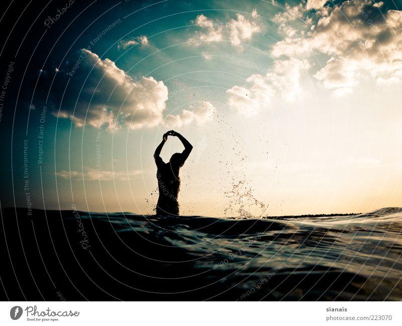Wasserballet Mensch Himmel Mann Ferien & Urlaub & Reisen Meer Sommer Erwachsene Leben Freiheit Bewegung springen See Horizont Wellen Schwimmen & Baden