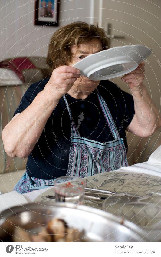 Ihr schmeckts! Mensch Frau alt Ernährung Senior Lebensmittel Essen Tisch trinken Reinigen Großmutter 60 und älter Möbel Teller Weiblicher Senior Abendessen