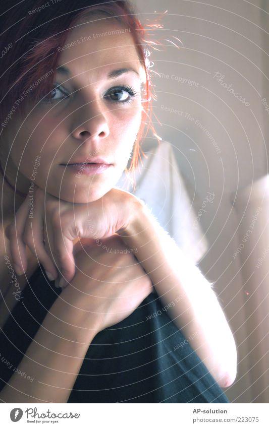 Portrait Frau Mensch Hand Jugendliche weiß blau schön Leben feminin Gefühle grau träumen Traurigkeit Arme Erwachsene