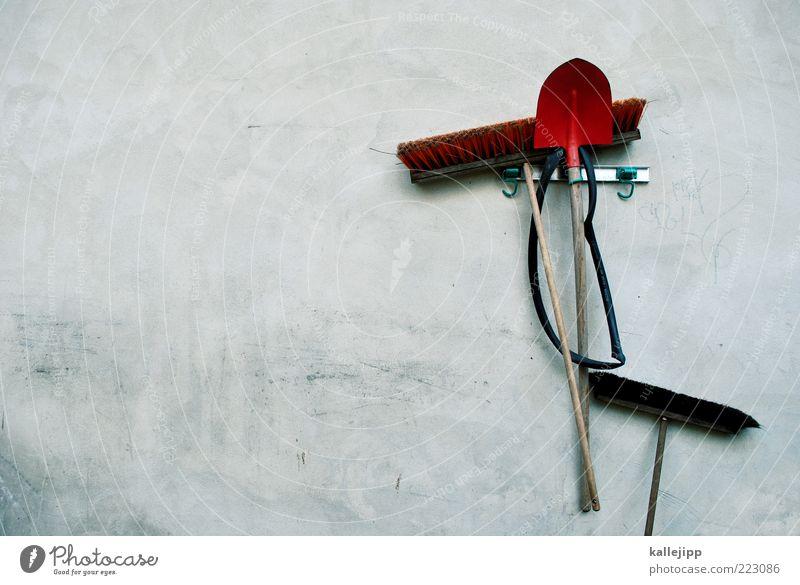 besenwirtschaft Arbeit & Erwerbstätigkeit Wand Fassade Beton Ordnung Beruf Handwerk hängen Handwerker Haken Besen Schaufel Arbeitsgeräte