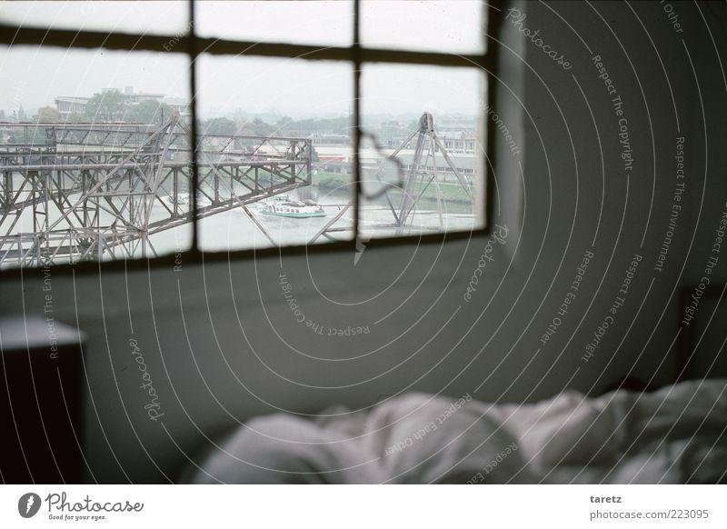 Ein Frachtschiff, das vorüberzieht weiß Fenster dunkel Freiheit außergewöhnlich authentisch ästhetisch Bett Romantik einfach Fernweh Kran eckig Schlafzimmer alternativ industriell