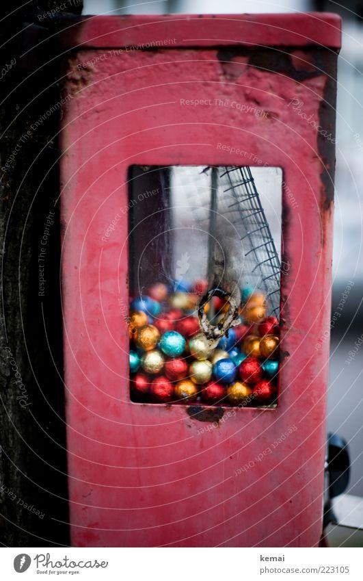 Vandalismus Süßwaren Kaugummi Kaugummiautomat Kindheit Kugel alt kaputt mehrfarbig rot Loch geschmolzen Zerstörung Sachbeschädigung Farbfoto Gedeckte Farben