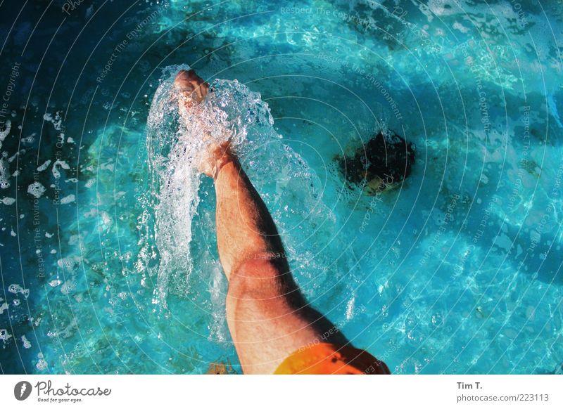 Wasser Schwimmbad Mensch maskulin Leben Beine Fuß 1 Farbfoto Außenaufnahme Tag Blick nach unten Fußbad Schwimmen & Baden kühlen spritzen Fußspitze blau
