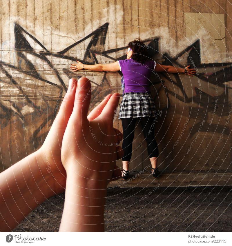 shot Frau Mensch Jugendliche feminin Spielen Tod Graffiti Freundschaft Erwachsene Angst Arme gefährlich Macht stehen bedrohlich Ziel