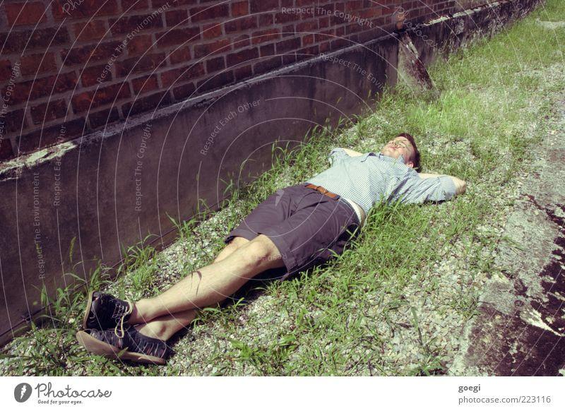 what you did last summer Mensch Mann Jugendliche alt Sommer Erholung Wiese Wand Gras Sand Mauer Schuhe Erwachsene Erde Fassade schlafen
